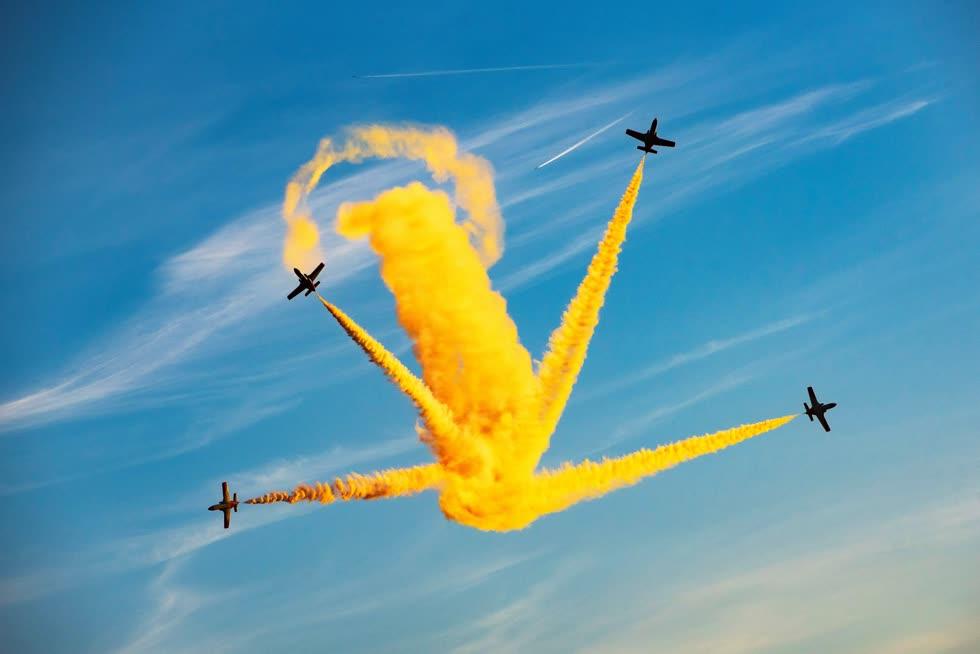 Những chiếc máy bay biểu diễn và phun khói màu vàng trong lễ kỷ niệm 25 năm của Festa al Cel Airshow ở Lieida,Tây Ban Nha. Ảnh: EPA.