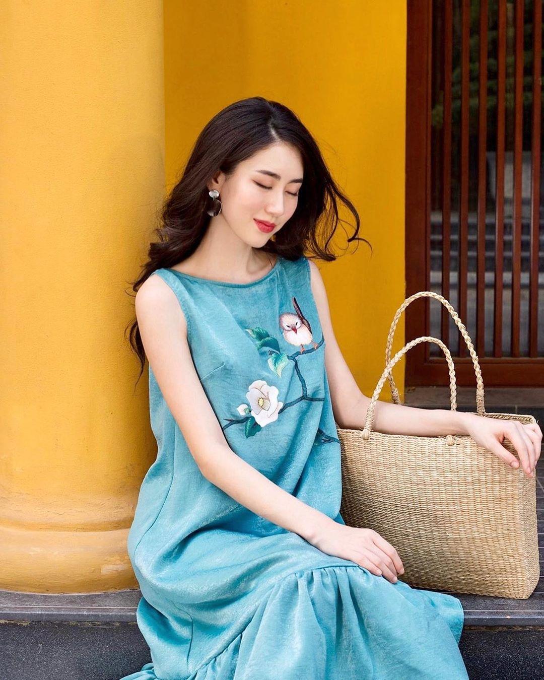 túi tote đan cói mùa hè đầm thêu hoa xanh