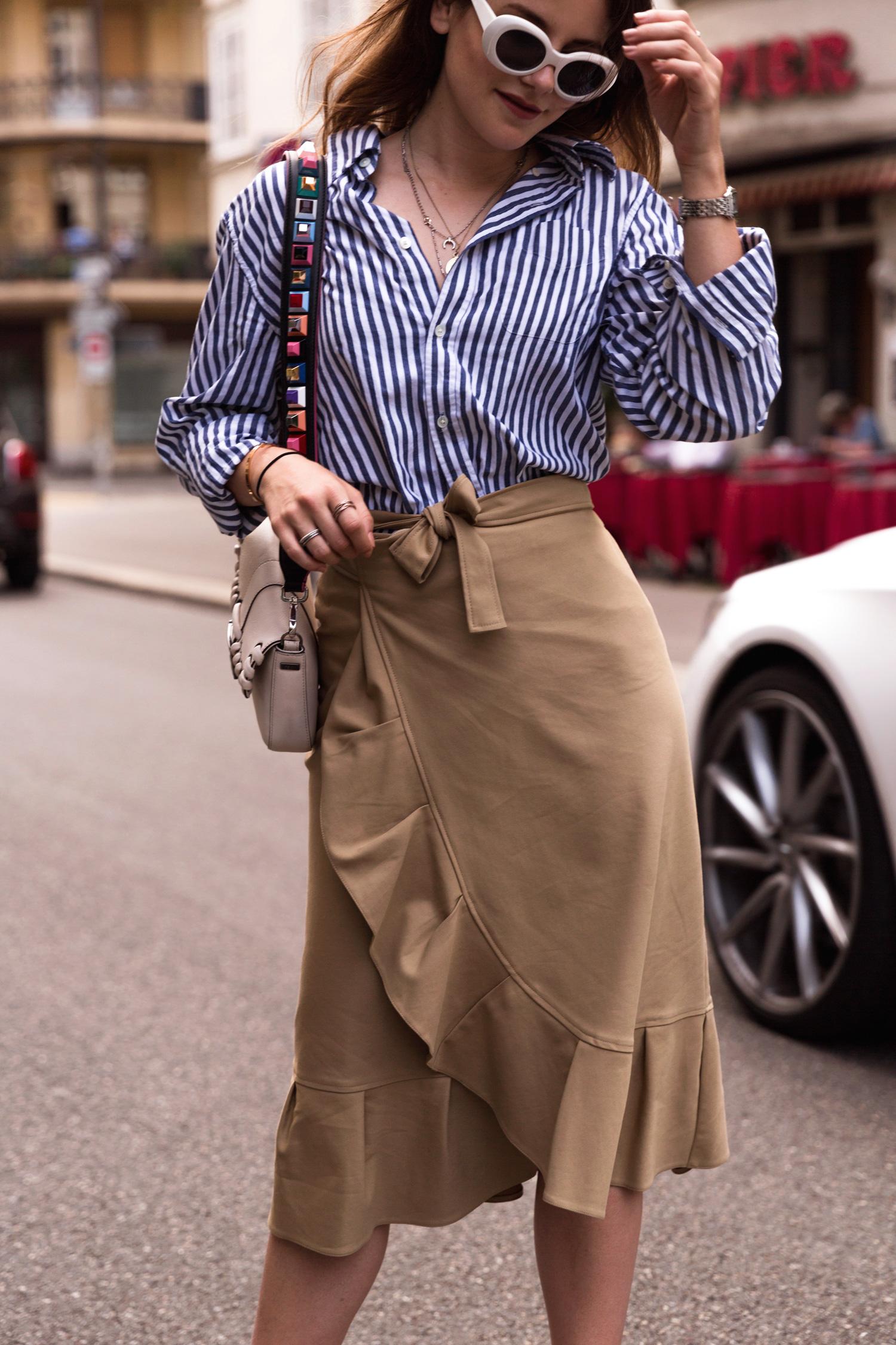 Áo sơ mi, chân váy midi cùng kính mát retro là một gợi ý hay ho cho những cô nàng công sở. (Ảnh: The Fashion Fraction)