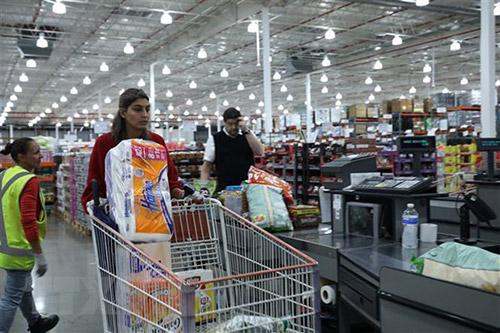 Người dân mua hàng tại siêu thị ở Canberra, Australia.