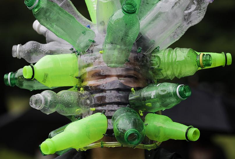 Một người biểu tình đeo khiên che mặt làm bằng chai nhựa tái chế của nghệ sĩ Leeroy New ở Metro Manila, Philippines. Ảnh AP.