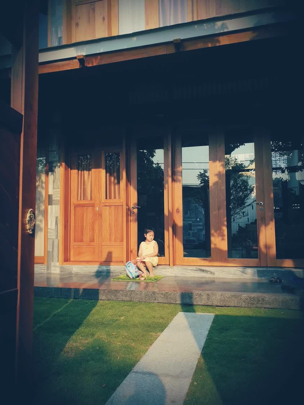 Thảm cỏ trước hiên nhà - nơi bé con có thể tha hồ vui đùa, chạy nhảy.