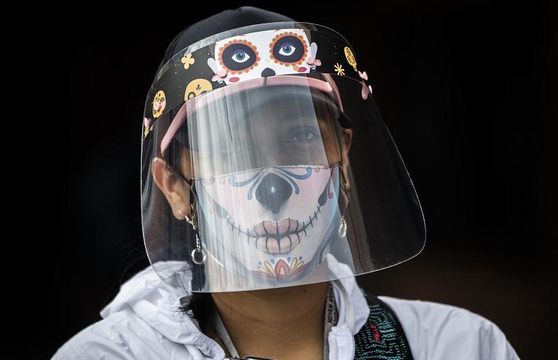 Một công nhân đeo khẩu trang và che chắn tại khu phố Bosa, một trong những khu vực có tỷ lệ mắc COVID-19 cao ở Bogota, Bolivia. Ảnh AFP.