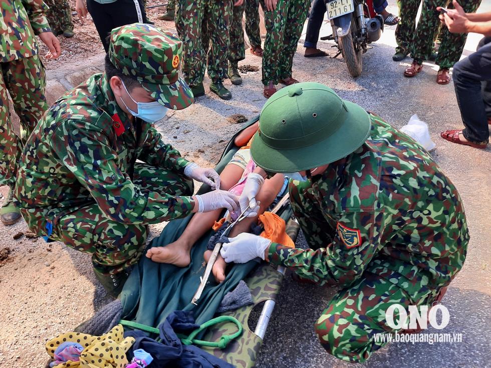Các chiến sĩ tiếp cận hiện trường sơ cứu nạn nhân. Ảnh: Báo Quảng Nam