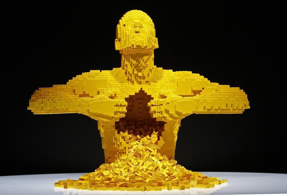 Quang cảnh tác phẩm điêu khắc màu vàng là một phần của triển lãm nghệ thuật du lịch Brick The Art được làm từ Lego xuất hiện tại Bảo tàng Khoa học Tự nhiên Perot ở Texes, Mỹ ngày 21/2/2019.Ảnh: EPA.