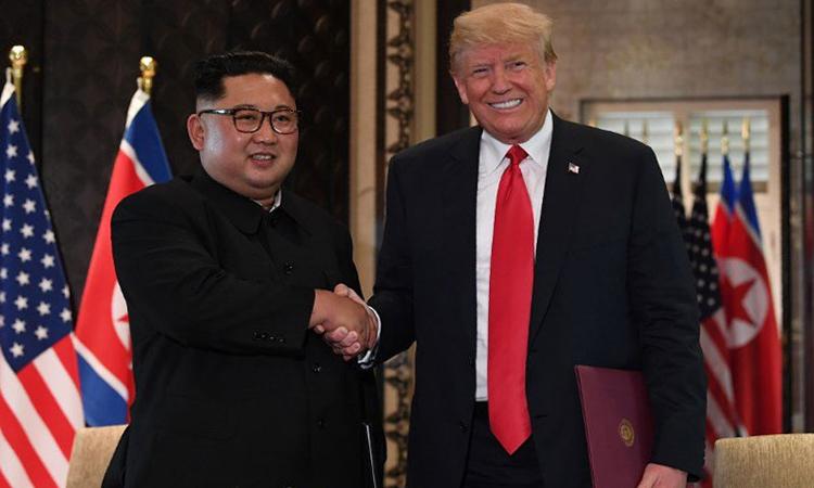 Tổng thống Mỹ Donald Trump (phải) bắt tay Chủ tịch Triều Tiên Kim Jong-un tại hội nghị thượng đỉnh ở Singapore hồi tháng 6/2018. Ảnh:AFP