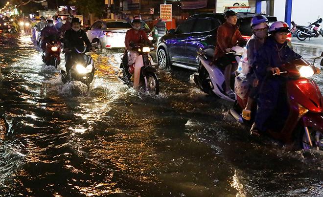 Mưa lớn gây ngập sâu tại nhiều tuyến đường ở TP.HCM. Ảnh: Interrnet