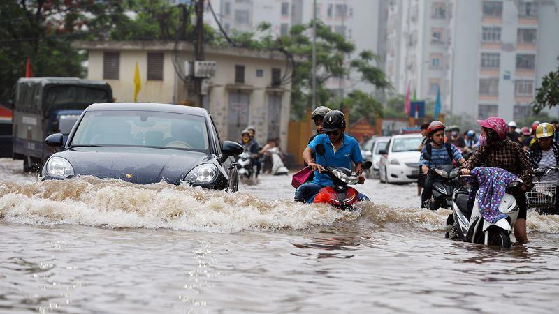 Cẩn thận di chuyển ngoài đường khi trời mưa giông.