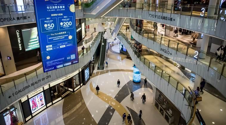 """Theo ước tính được chính phủ công bố ngày 4/5, kinh tế Hồng Kông đã giảm 8,9% trong quý I so với cùng kỳ năm ngoái. Đây là quý thứ ba liên tiếp của """"trung tâm tài chính"""" này bị thu hẹp, với mức giảm hàng quý tồi tệ nhất kể từ năm 1974. Ảnh:Bloomberg."""