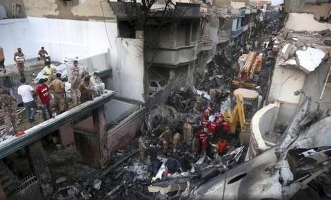 Hiện trường vụ rơi máy bay tạimiền Nam Pakistan hồi tháng 5.