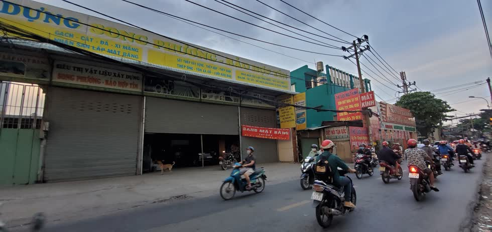 Một cửa hàng vật liệu lớn trên đường Bình Long, quận Bình Tân trả mặt bằng. Ảnh: Cẩm Viên.