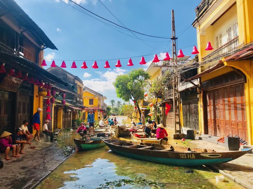 Nhiều tuyến phố Hội An vẫn ngập trong nước lũ. Ảnh: Báo Quảng Nam