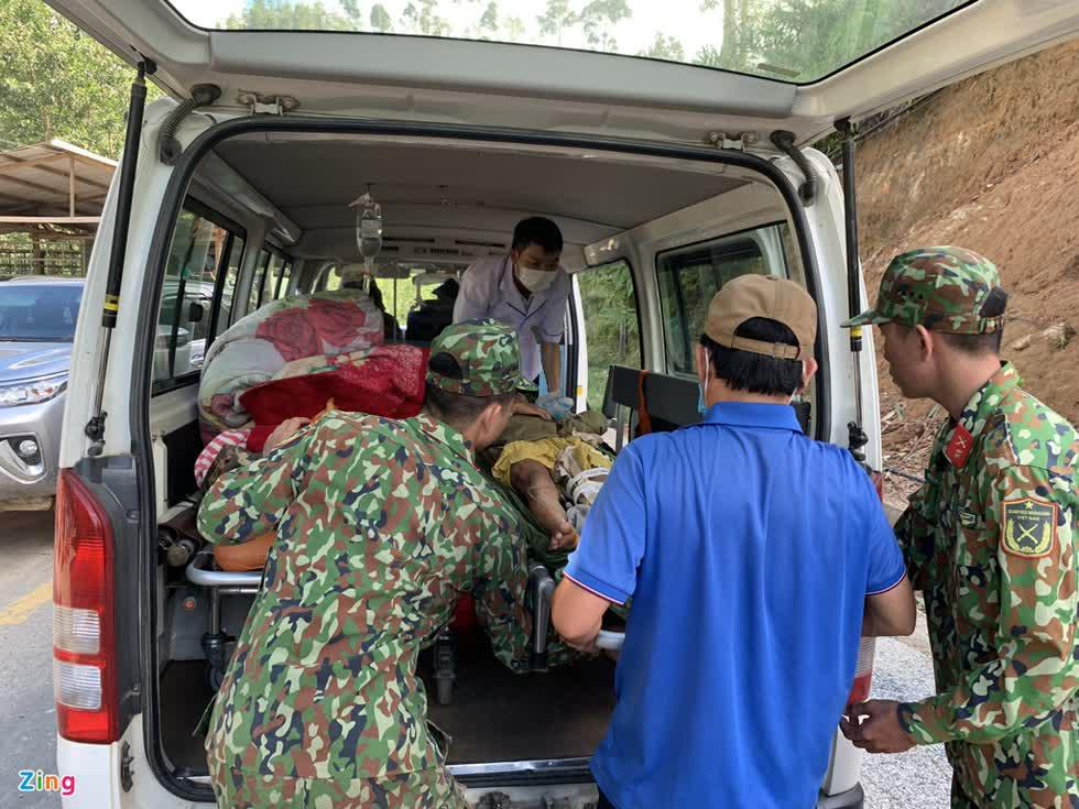 Tìm cách chuyển những người bị thương đi bệnh viện cấp cứu nhưng đường đi rất khó khăn, nguy hiểm. Ảnh: Zing