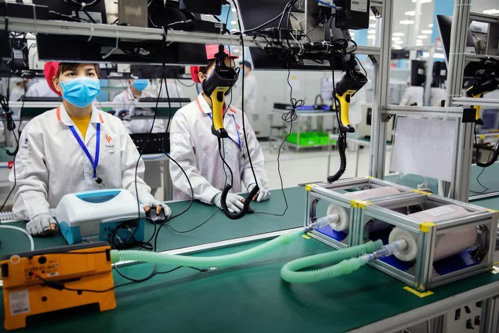 Máy thở của Vingroup có tỉ lệ nội địa hoá tới 70% và có giá thấp hơn 30% so với thị trường. Ảnh: Bloomberg