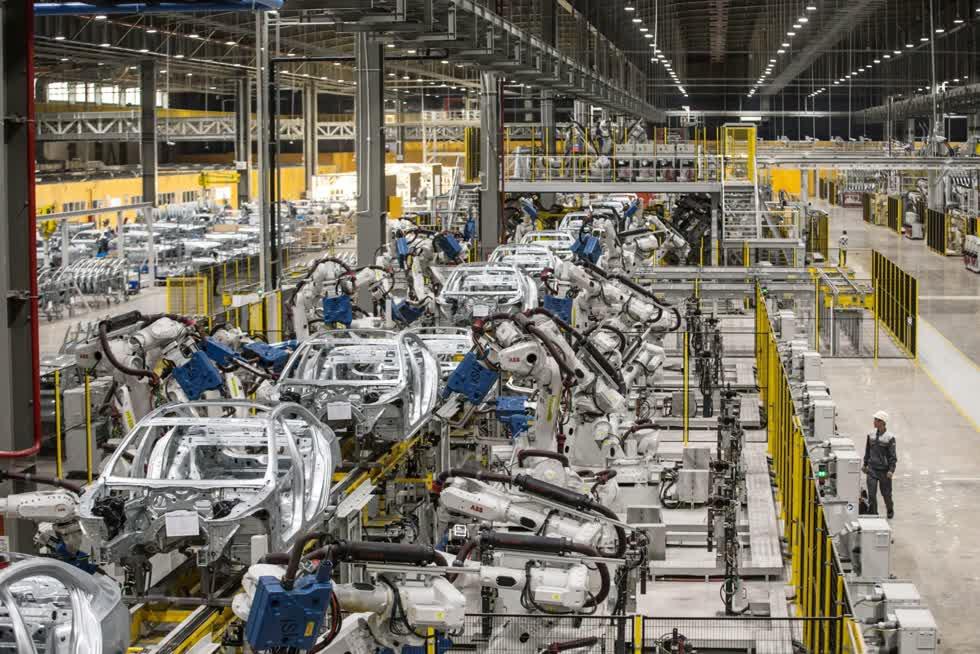 Nhà máy sản xuất ô tô tại Hải Phòng đang có tỉ lệ tự đồng hoá bằng robot rất cao. Ảnh: Bloomberg