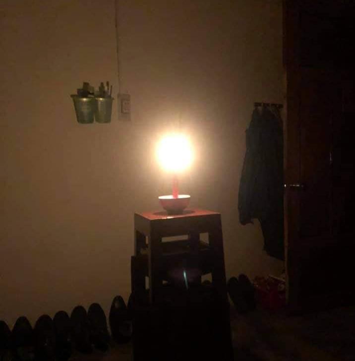 Đèn cày là nguồn sáng duy nhất của nhiều hộ gia đình đêm nay. Ảnh: NV Thẩm