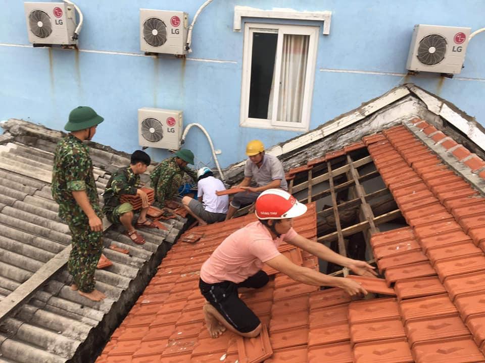 Bão tan, Đồn Biên phòng Lý Sơn giúp nhân dân lợp lại mái nhà, khắc phục sự cố. Ảnh: Fanpage Đảo Lý Sơn