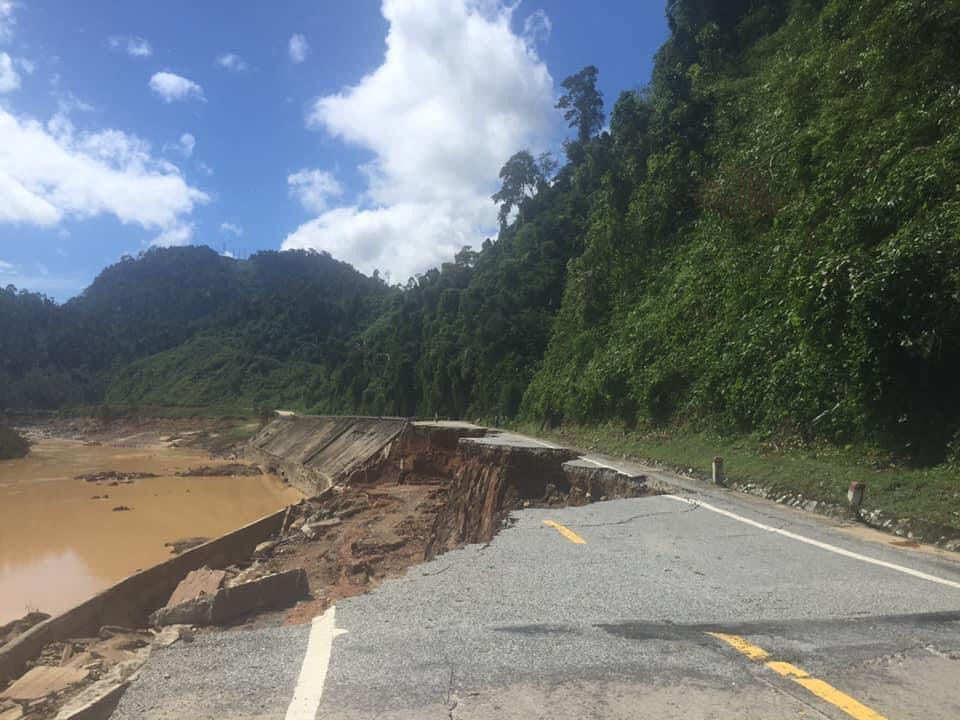 Đường HCM đoạn km 1354 thuộc huyện Phước Sơn, Quảng Nam bị sạt lở nghiêm trọng, giao thông tê liệt. Ảnh Lê Sỹ Ba