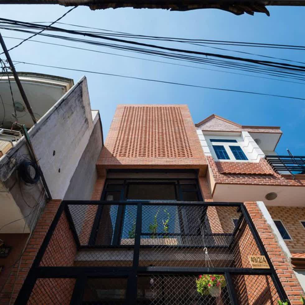 Nhà siêu nhỏ thiết kế gạch trần lạ mắt ở Sài Gòn