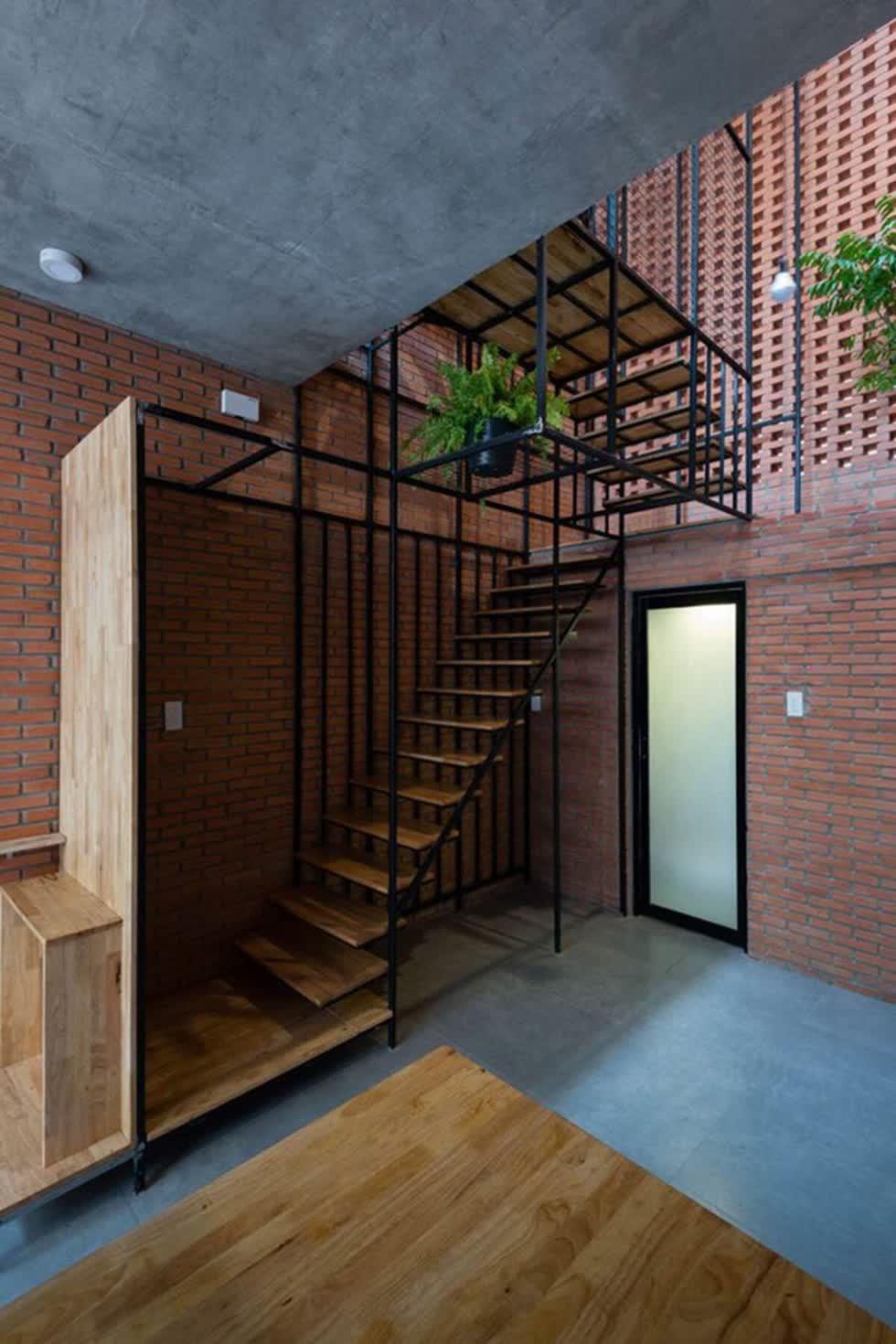 Kiến trúc sư cũng đã khéo léo thiết kế cầu thang được đặt ở góc nhà, với hệ kết cấu thép tạo nên sự thanh mảnh, thông thoáng cho căn nhà nhỏ.