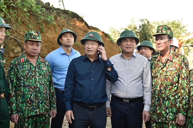 Phó Thủ tướng Trịnh Đình Dũng trao đổi qua điện thoại vớiThủ tướng Chính phủ Nguyễn Xuân Phúcvề công tác cứu nạn tại Nam Trà My. Ảnh: VGP