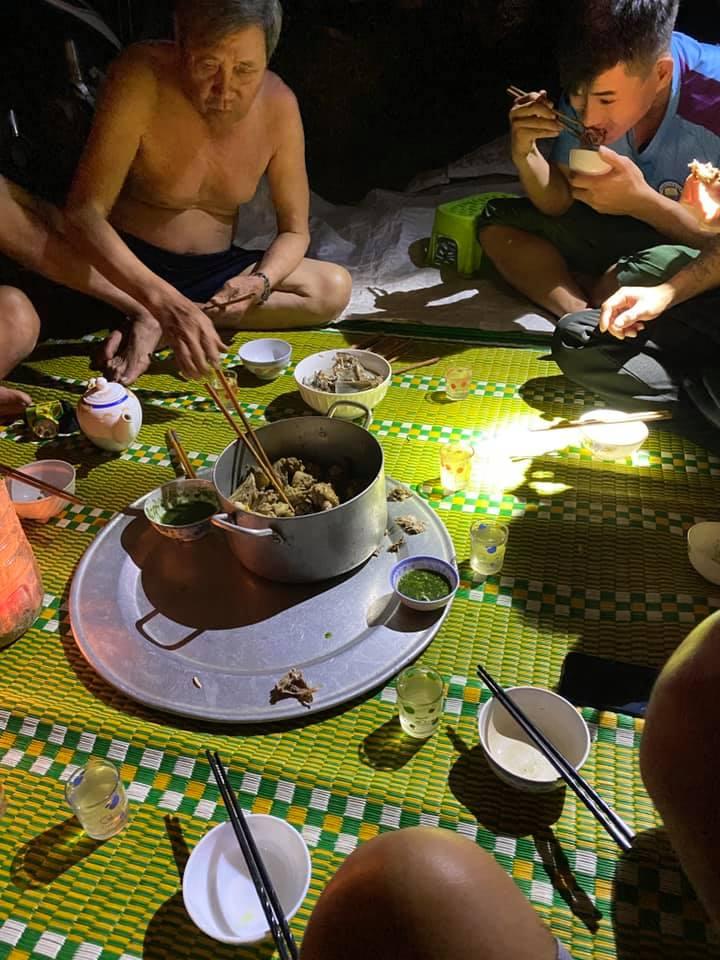 Sau bão, gia đình vẫn may mắn sum vầy bên mâm cơm ấm cúng với nồi thịt gà kho sẵn. Đó là lương thực có thể ăn trong nhiều ngày chống bão, biển động. Ảnh: Bui Dinh
