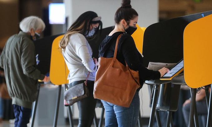 Cử tri Mỹ đi bỏ phiếu sớm trực tiếp tại điểm bầu cử ở thành phố Los Angeles, bang California hôm 25/10. Ảnh:AFP.