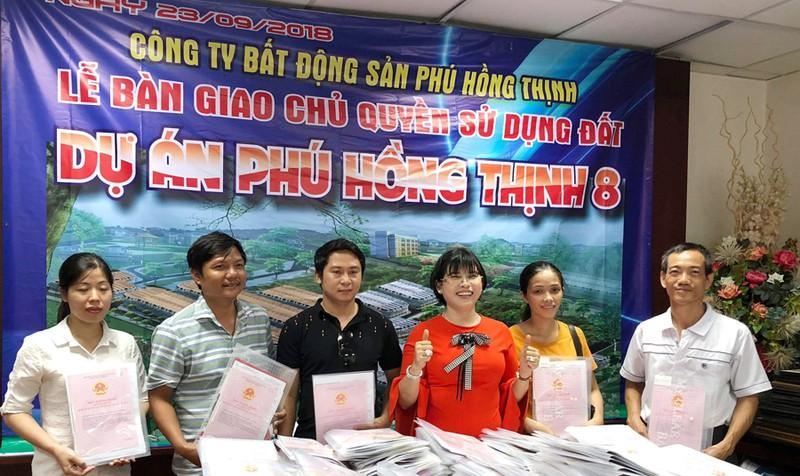 Bà Hường và Phú Hồng Thịnh từng tổ chức nhiều buổi lễ giao sổ đỏ trước hạn cho khách hàng.