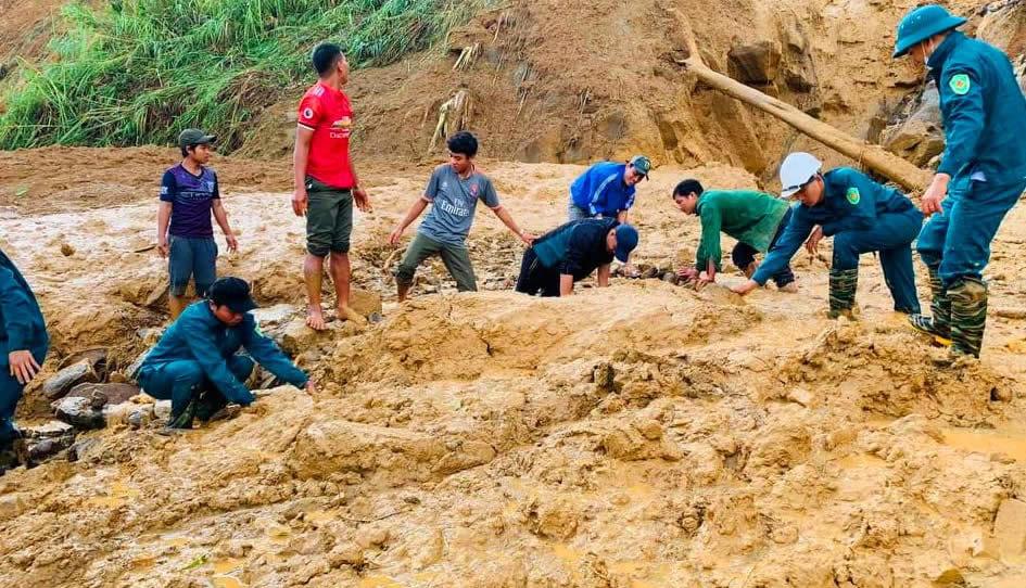 Lực lượng cứu hộ tìm kiếm những người mất tích. Ảnh: CAND