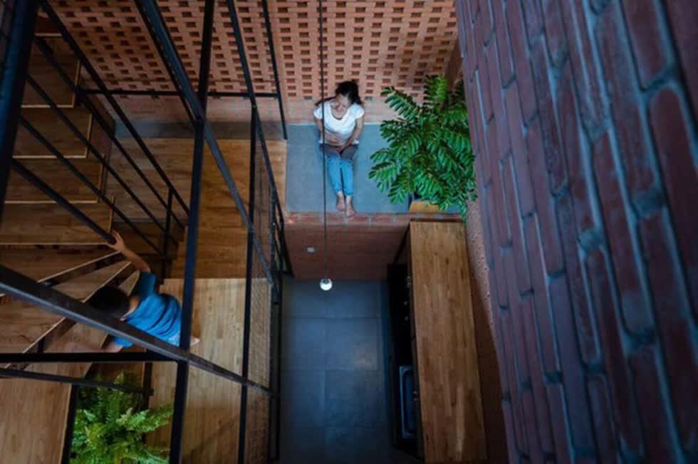 Các bậc thang được làm bằng gỗ ghép thanh mang lại sự tiện nghi cho gia chủ mà vẫn tiết kiệm chi phí đáng kể.