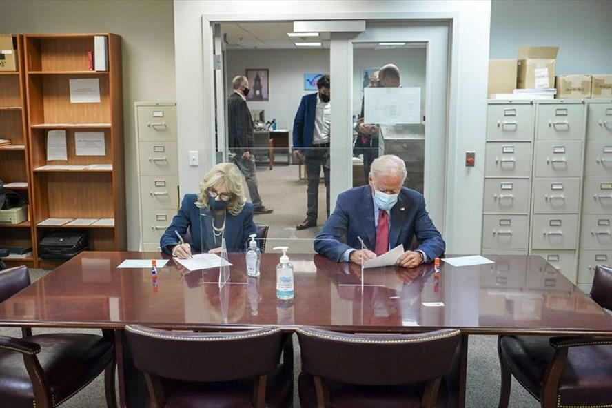 Ông Joe Biden và bà Jill  Biden bỏ phiếu sớm  hôm 28/10. Ảnh: Twitter Joe Biden