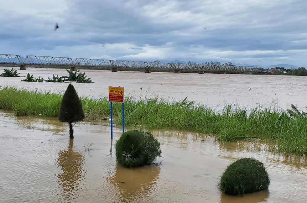 Hiện lũ trên các sông trong khu vực tỉnh Quảng Ngãi đang lên nhanh trong khi các hồ thủy điện cùng lúc xả lũ. Mực nước trên các sông Trà Khúc, Trà Bồng, sộng Vệ, Trà Câu... dự báo trong 6-12 giờ tới tiếp tục lên nhanh, cảnh báo nguy cơ sạt lở đất tại các huyện miền núi cùng tình trạng ngập lụt sâu trên diện rộng tại các vùng trũng, thấp và hạ lưu các sông. Ảnh: Báo QN