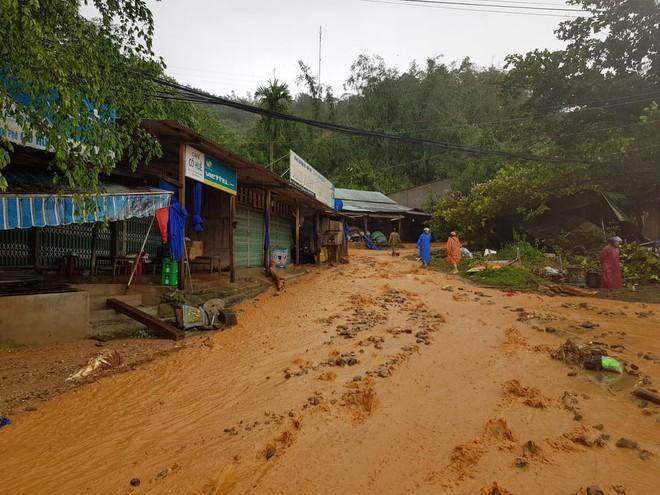Sạt lở khiến đất đá đổ xuống trung tâm huyện Nam Trà My chiều 28/10. Ảnh: Báo TNMT