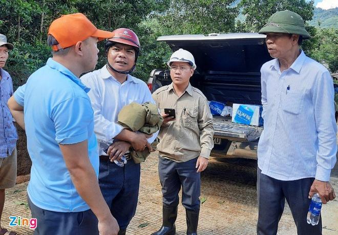 Ông Quảng (bên phải) bàn bạc với lực lượng chức năng về công tác cứu trợ. Ảnh: Zing