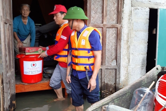 Hội Chữ thập đỏ Quảng Bình hỗ trợ người dân vùng bị ngập lụt. Ảnh: QDND