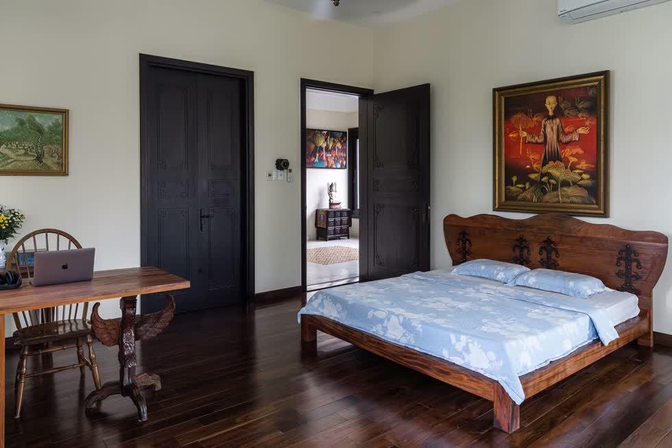 Phòng ngủ không có nhiều đồ đạc nhưng các chi tiết đều, vật dụng đều được chế tác, chạm trổ tinh xảo.