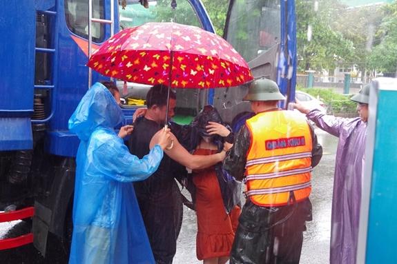 Tương tự, ngày 10/10, cán bộ, chiến sĩ Ban CHQS huyện Đại Lộc kịp thời hỗ trợ đưa sản thai phụ Nguyễn Thị Vy vào bệnh viện. Ảnh: QDND