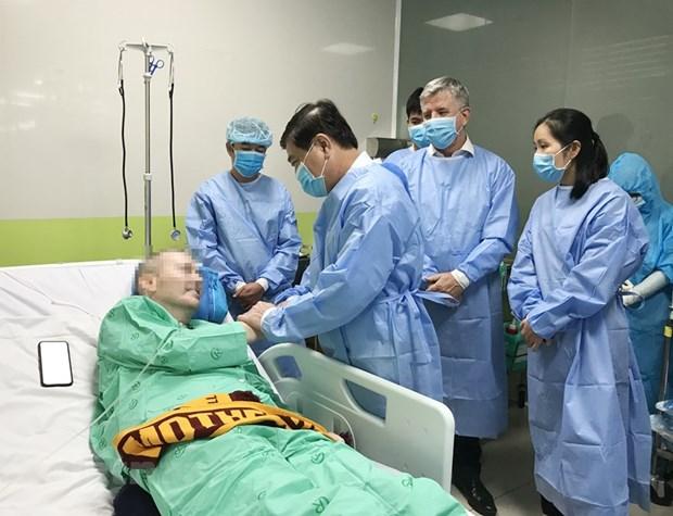 Chủ tịch UBND Thành phố Hồ Chí Minh Nguyễn Thành Phong nói chuyện, bắt tay với bệnh nhân COVID-19 số 91. Ảnh: TTXVN.