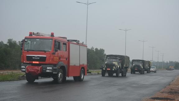 Đoàn xe của Lữ đoàn Công binh 414 cơ động vào hiện trường. Ảnh: QĐND