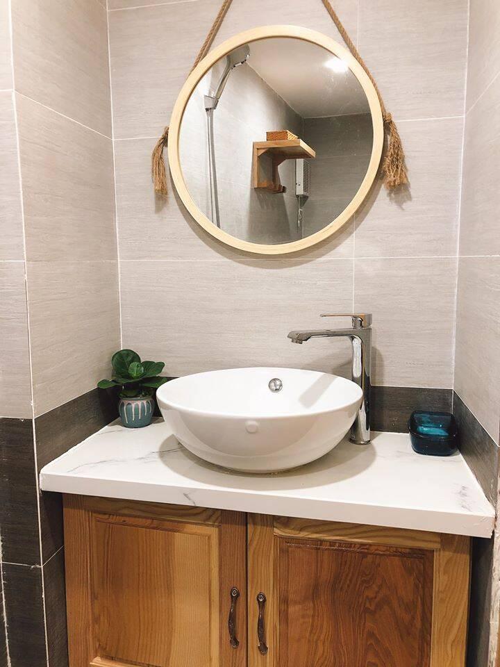 Phòng vệ sinh - tắm và bồn rửa tay được ngăn cách với nhau để tăng tính riêng tư cho các thành viên khi sử dụng.