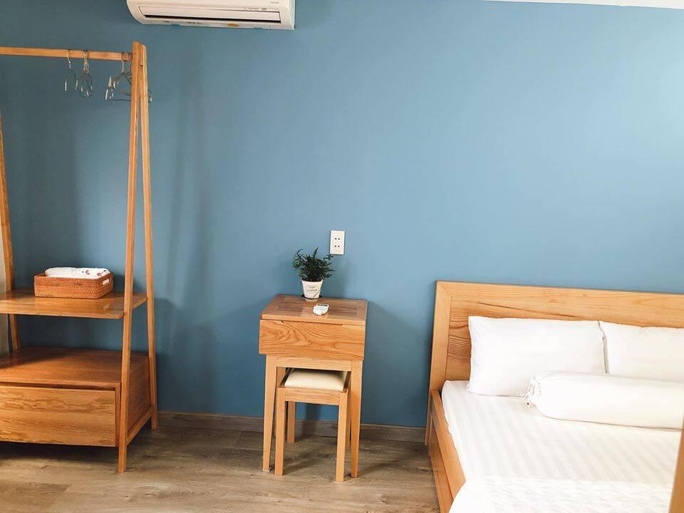Đồ nội thất đều được thiết kế tối giản nhằm tăng thêm diện tích sinh hoạt cho phòng.