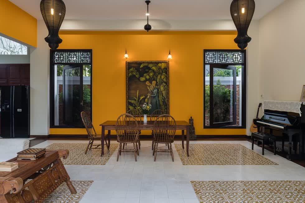 Tường sơn vàng không chỉ giúp ngôi nhà ấm áp hơn mà còn thể hiện rõ nét hơn về ngôi nhà đúng chất phố cổ.