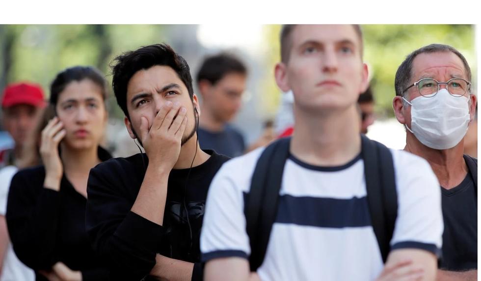 Người dân tập trung tại hiện trường vụ cháy ở Nantes, Pháp.Ảnh: Reuters.