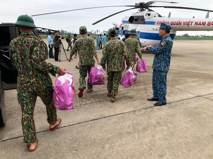Lực lượng cứu hộ bay vào nơi các công nhân gặp nạn. Ảnh: CAĐN