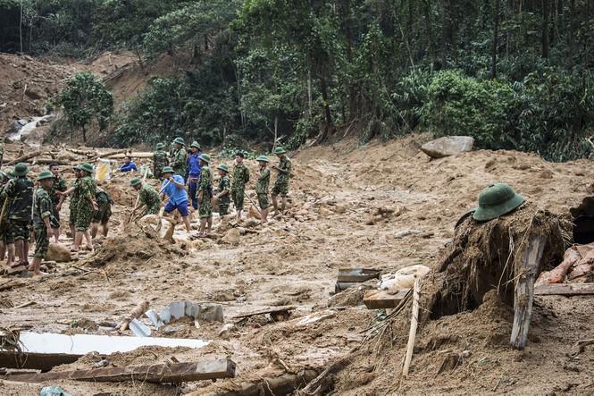 Tìm kiếm các cán bộ bị đất đá vùi lấptại khu vực thủy điện Rào Trăng 3. Ảnh: Tiền Phong