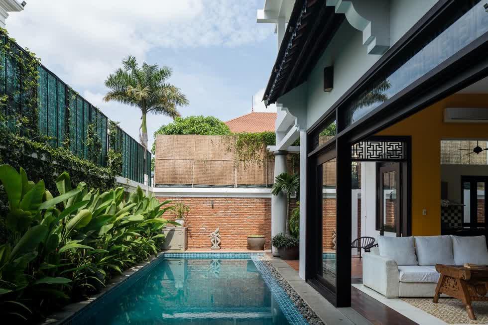 Sân trước nhà có hồi bơi và cây xanh. Bên trong và bên ngoài nhà được ngăn cách bằng hệ cửa kính, tạo điều kiện thuận lợi cho ánh sáng và gió trời cũng dễ dàng lưu thông.