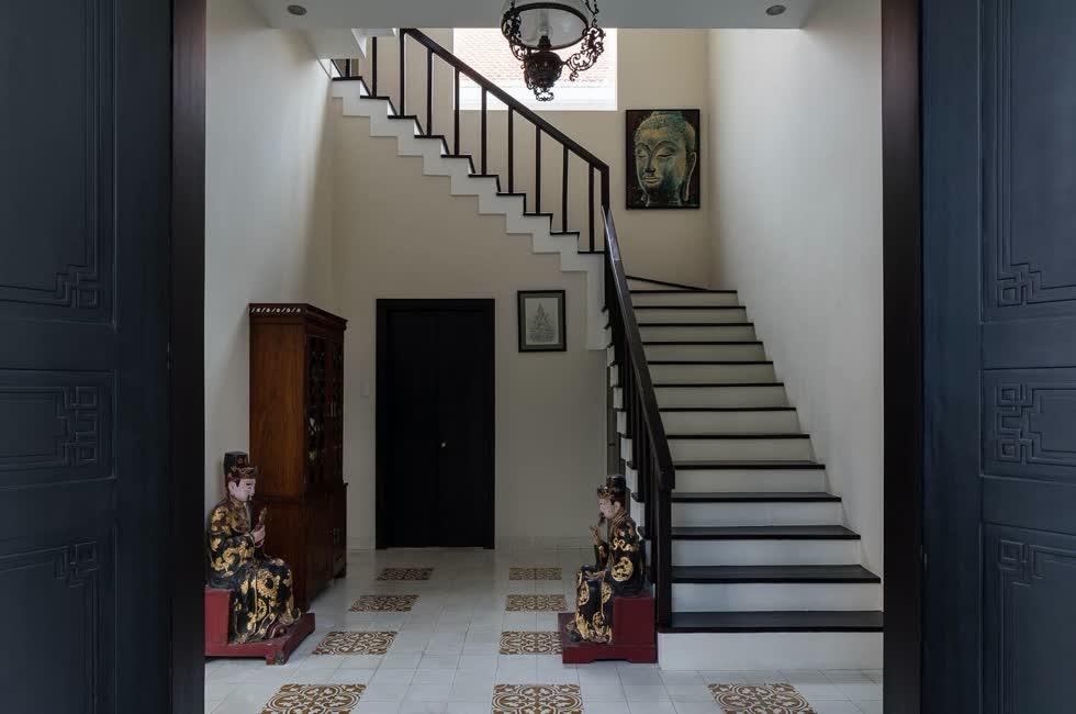 Cầu thang bằng gỗ với thiết kế đơn giản.