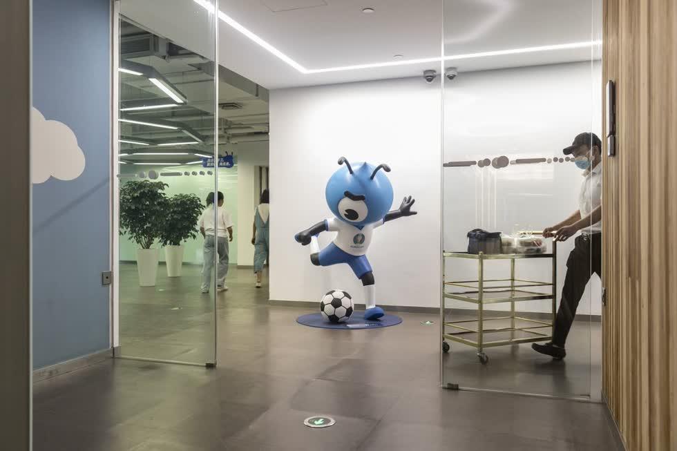Linh vật của Ant Group tại trụ sở chính của công ty ở Hàng Châu, Trung Quốc. Ảnh: Bloomberg