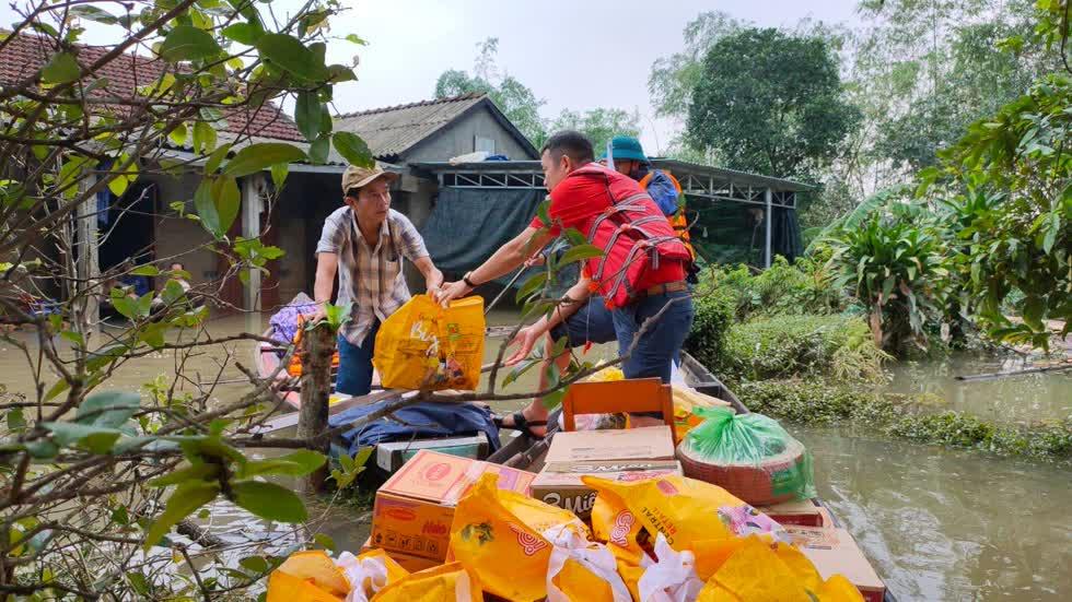 Các nhân viên của siêu thị Big C Huế đã tới thăm hỏi và trao tặng500 suất nhu yếu phẩm  cho người dân Thừa Thiên Huế. Ảnh: Tạp Chí Công Thương