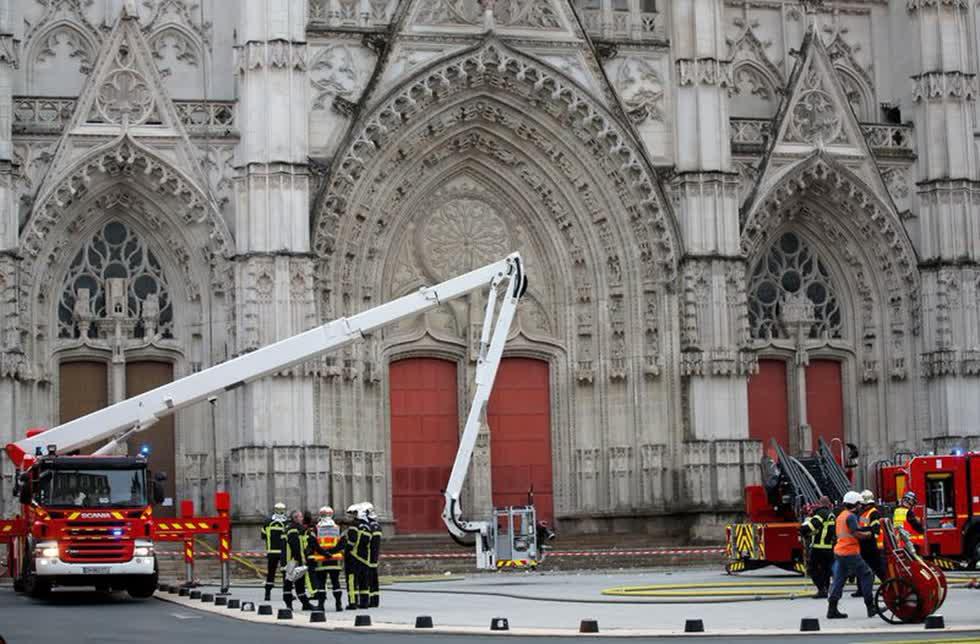 Lính cứu hỏa Pháp làm việc tại hiện trường vụ cháy. Ảnh: Reuters.